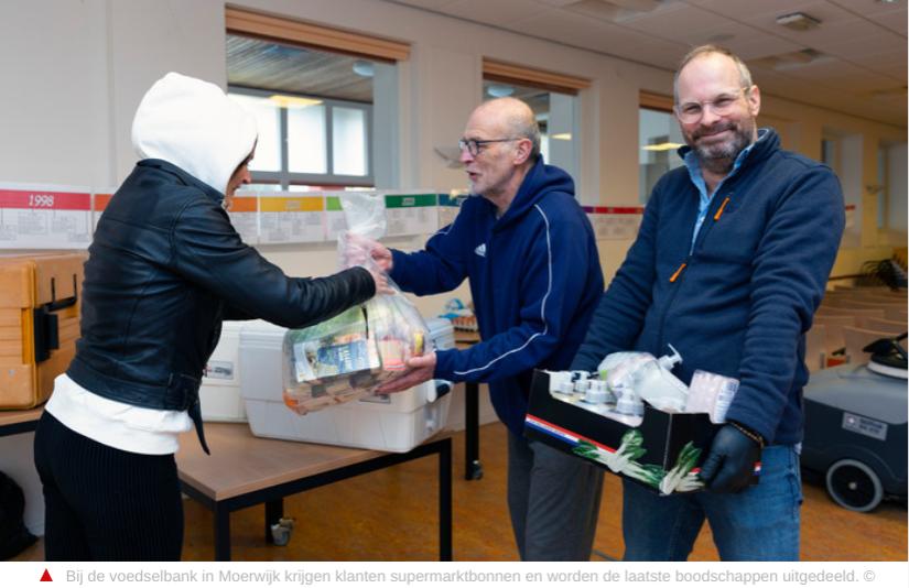 Voedselbank Moerwijk coronahulp actie foto met Neo de Bono
